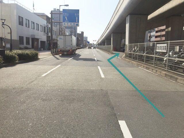 【道順2】交差点を越えるあたりで「1番右側」へ斜線変更してください。