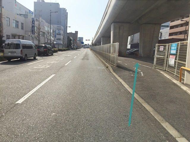 【道順3】右側にある「自転車駐車場」を過ぎるとすぐ「駐車場入口」が「右側」に見えてきます。