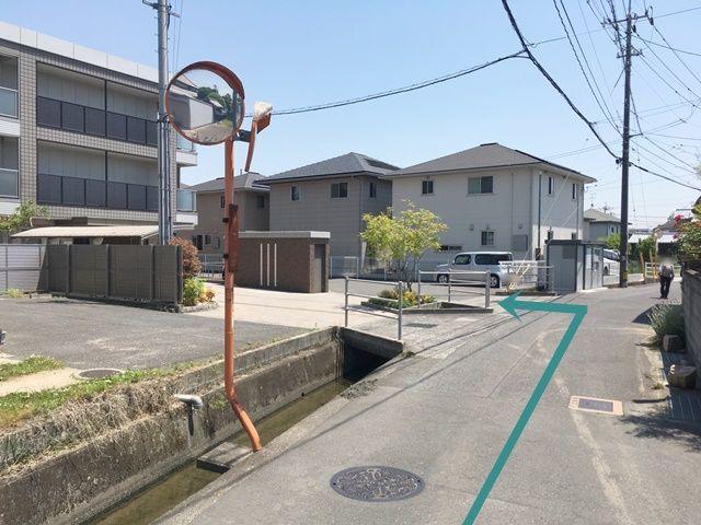 【道順1】駐車場住所を元に「アミーユレジデンス 浜の茶屋」西側の道路まで進み、建物の南側の道へと「左折」してください。