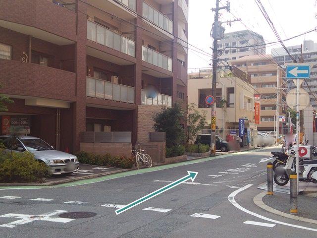 【順路3】こちらの角を右折です。右折後、直進すると右手に駐車場がございます