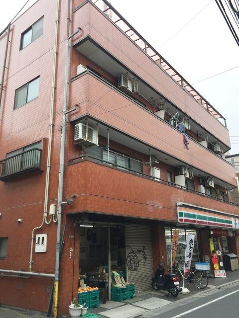 この建物の向かって左側に入口スロープがあります