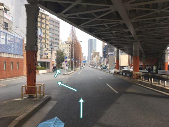 2.大阪環状線高架下の分岐点を左車線にレーン変更します。