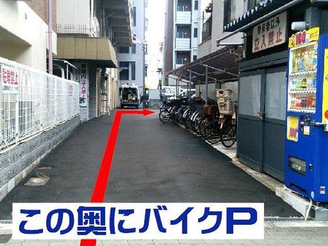 まっすぐ進んで右に曲がりますとバイク駐車場がございます。