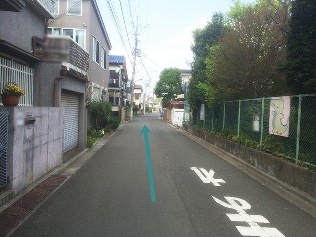 【道順2】右折後、直進してください。