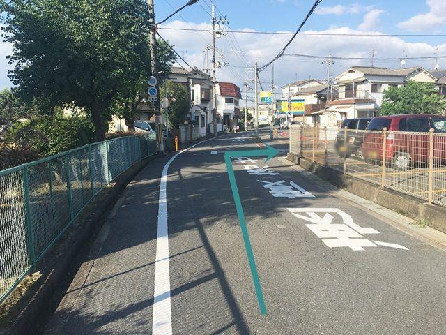 【道順1】府道144号線の「かささぎ橋交差点」から関西外国語大学方面へ向かって「東」へと進み、1つ目の信号を「左折」後500m程直進した辺りで「右折」してください。