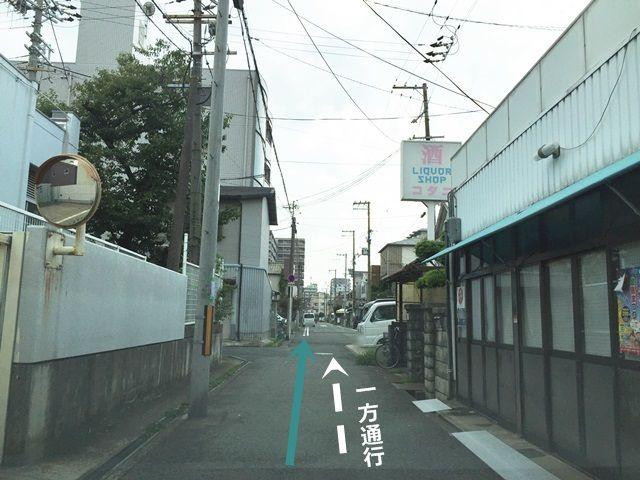 【道順1】府道187号線を阪神高速方面から国道26号線方面へと進み、「綾ノ町交差点」の次の信号を「左折」後、しばらく直進してください。