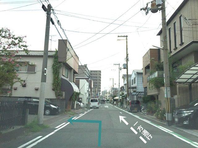【道順2】直進し、T字路を越えて少し進んだあたりで「左手」にご利用駐車場がございます。