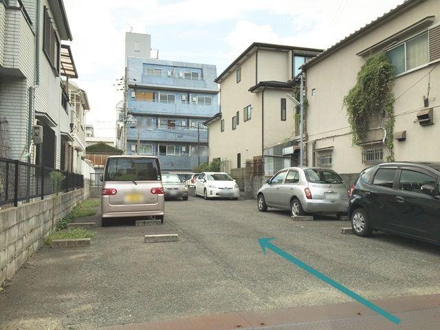 【道順3】駐車場入口付近は大変狭くなっておりますので、他のお車に注意してご利用ください。