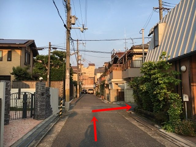 4.こちらの角を右折してください。少し進むと左手側に駐車場がございます。