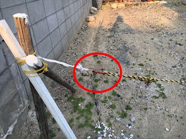 入口にはロープが張ってあります。ロープ線を外して、わっかを支え棒に引っ掛ける形になってるので、外して入庫してください。出庫の際はロープを元に戻してください。