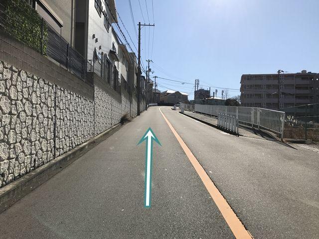 【順路2】左折後、直進します