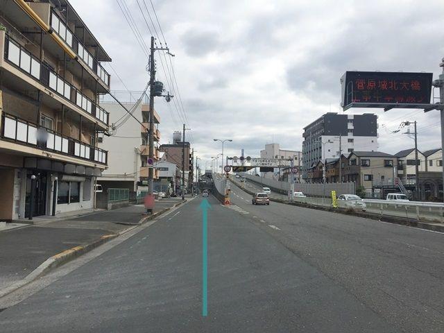【道順1】「菅原1交差点」を「東南」へ直進します。矢印に沿って進んでください。
