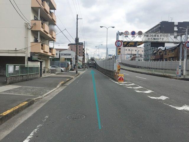 【道順2】矢印に沿って左車線を直進します。