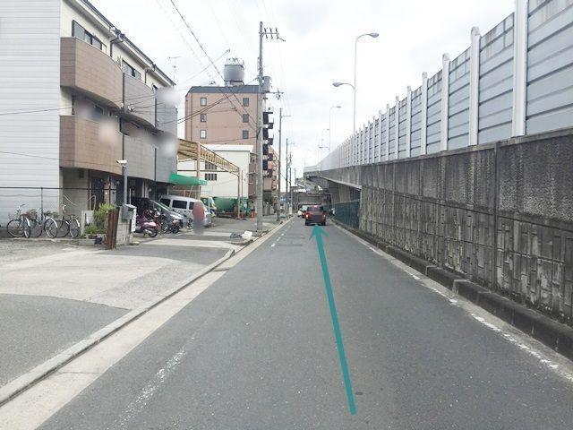 【道順4】直進すると右側に駐車場の入口があります。