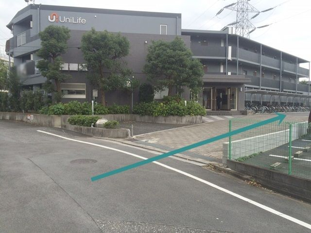 【道順2】こちらの入り口からご利用駐車場へと進みます。