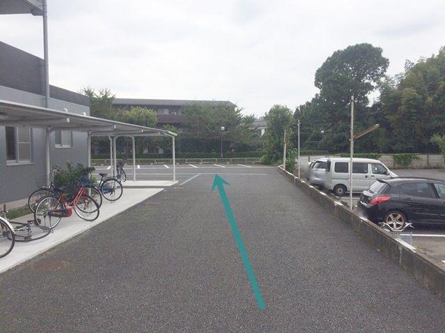 【道順4】建物を過ぎた奥にご利用駐車場がございます。区画図等をご確認いただき、ご予約されたスペースに駐車してください。