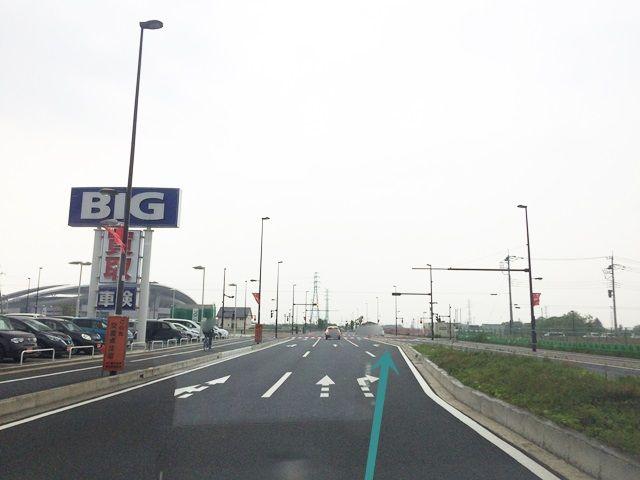 【道順1】「ビッグモーター 浦和美園店」を左手に「北西」に進み、「右折レーン」へ進んでください。