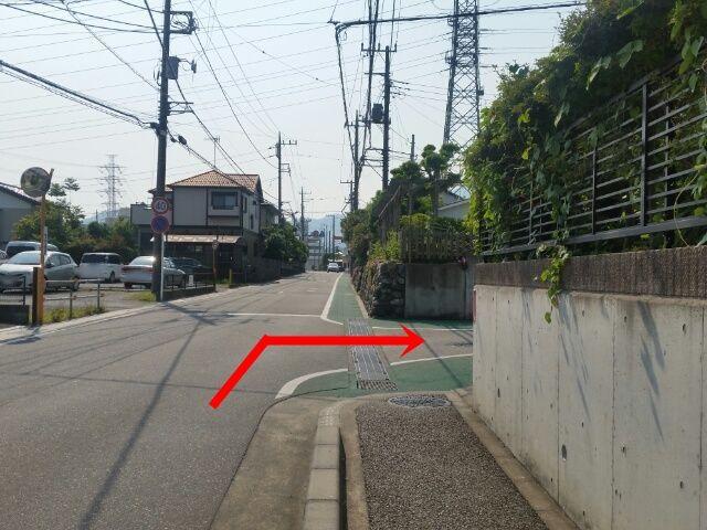 【道順1】こちらの角を矢印の方向に曲がってください。