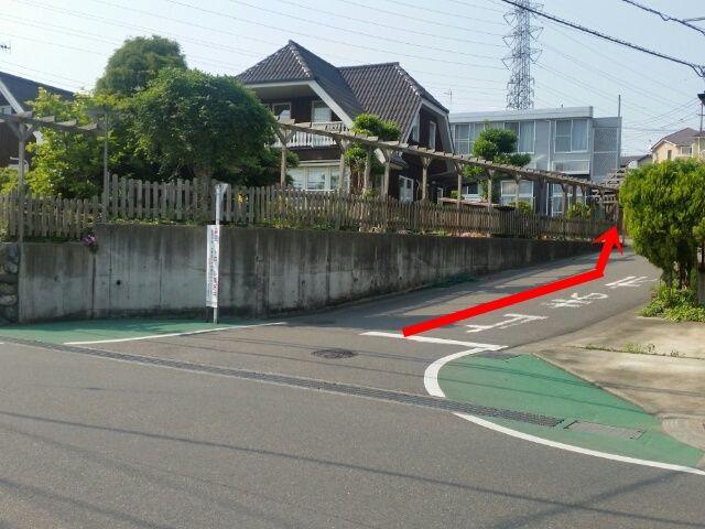 【道順2】曲がったら左手側に駐車場の入口が見えてきます。