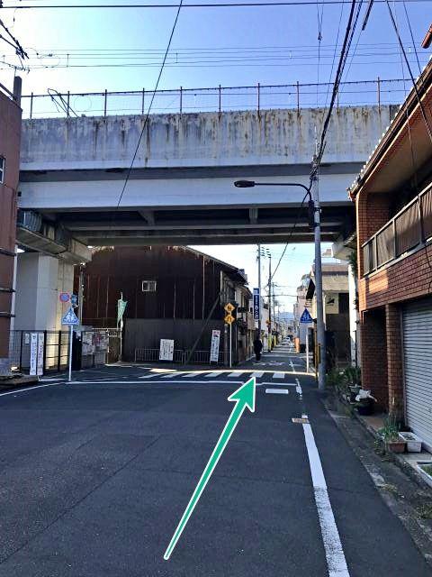 JRの高架下から西行き一方通行となり、50mほど直進すると右手に駐車場があります。