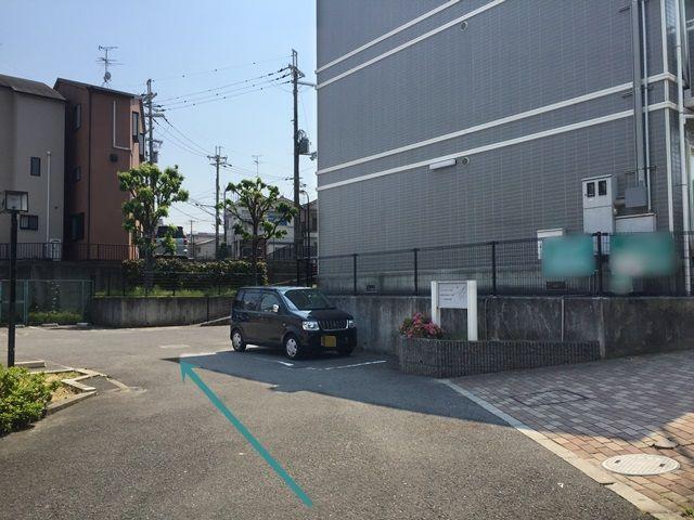 【道順5】直進していただくと駐車スペースがあります。