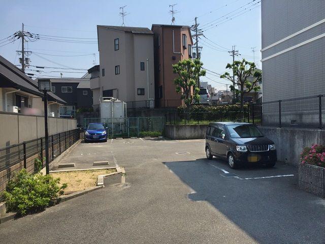 【道順6】駐車場の写真です。ご予約時のメールに記載しているスペース番号をしっかりとご確認のうえ駐車して下さい。