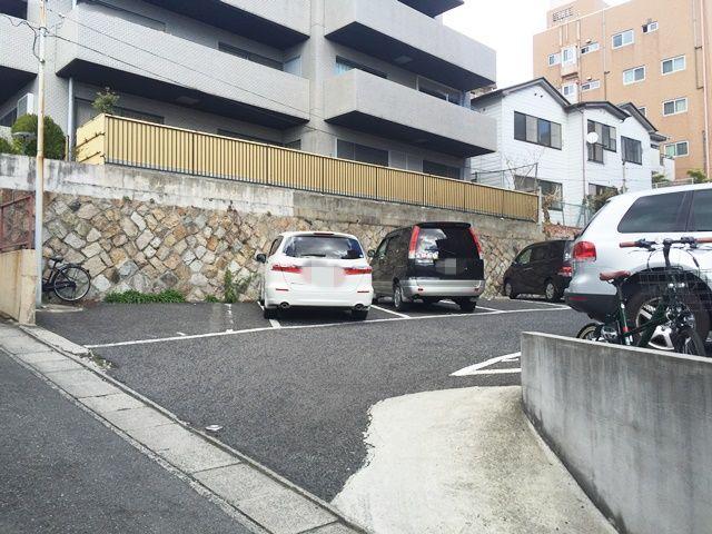 【道順4】駐車場入口の写真です。ご予約時のスペースに駐車してください。