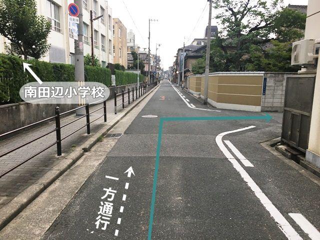 【道順1】府道26号線「鷹合1交差点」から「長居公園北口交差点」方面へ進み、2つ目の十字路を「右折」、1つ目の十字路を直進し、次の角を「右折」してください。