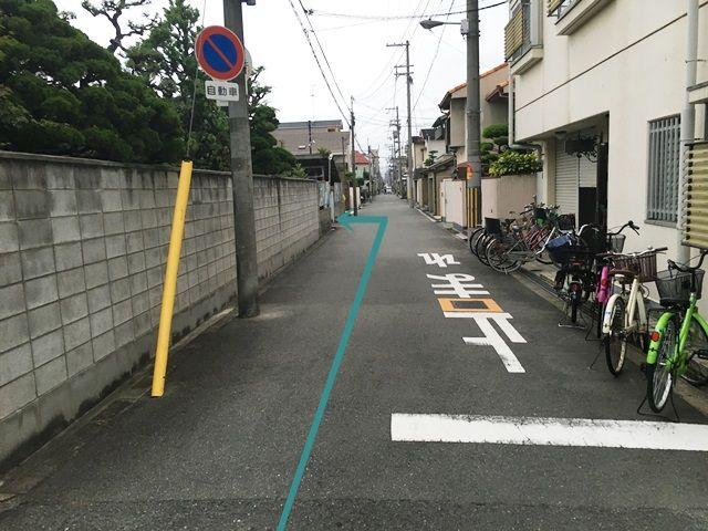 【道順3】少し直進すると「左側」に駐車場出入口があります。
