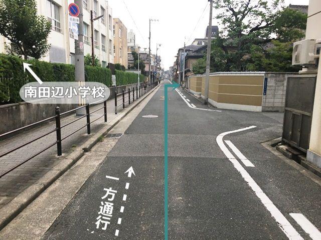 【道順5】2つ目の出入口ですが、左手に「南田辺小学校」があり、その前の一方通行の道を直進していただくと「右側」に駐車場出入口があります。
