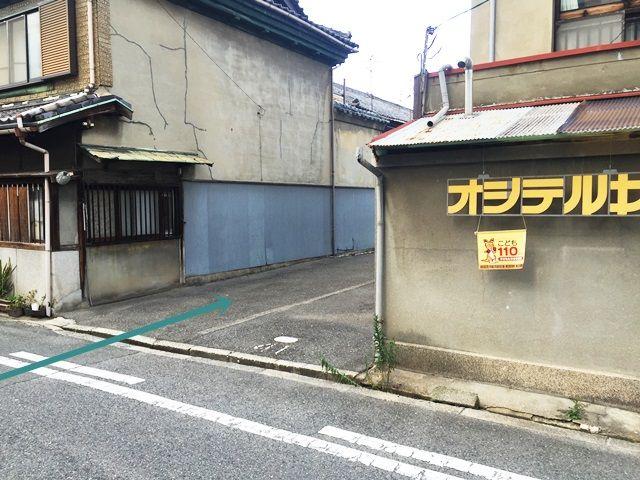 【道順6】2つ目の駐車場出入口の写真です。ご予約時のスペースに駐車してください。