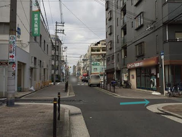 【道順1】南港通に出る手前の交差点を矢印方向の右折します。