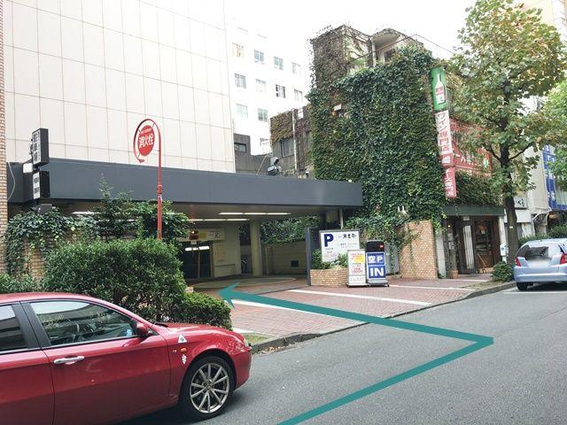 【道順2】50m程直進すると左手にご利用駐車場出入口がございますので「左折」し、駐車場へと進入してください。