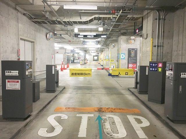 【道順6】スロープを下っていくと、駐車場入り口にゲートがございます。発券機にて必ず「駐車券」をお受け取りください。