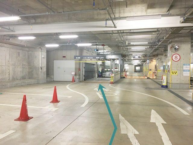 【道順7】駐車券お受け取り後、「左斜め方向」へと進んでください。