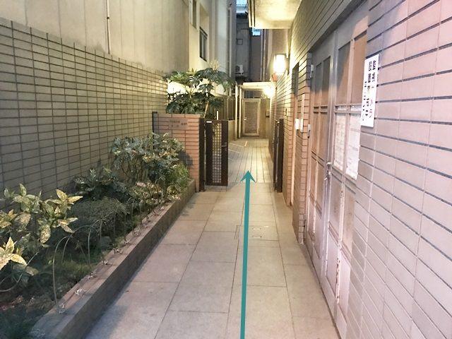 門は常に開いています。通路は人が通るので、通行の妨げにならないように駐車してください。
