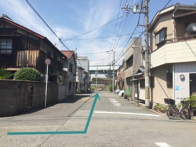 1.淀川通(府道10号線)の「大和田2交差点」から神埼川方面へ向かって「北西」へ進み、4つ目の交差点を「右折」後、直進して1つ目の十字路を「左折」してください。