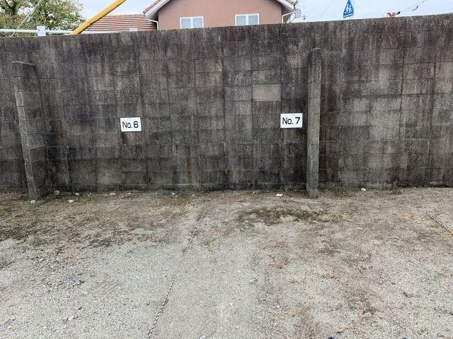 スペース奥の壁面にスペース番号の記載あり