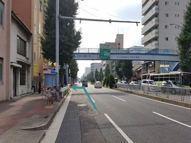 名古屋駅(笹島)方面から進んで笈瀬通の交差点を越えてすぐの歩道橋を左折します。