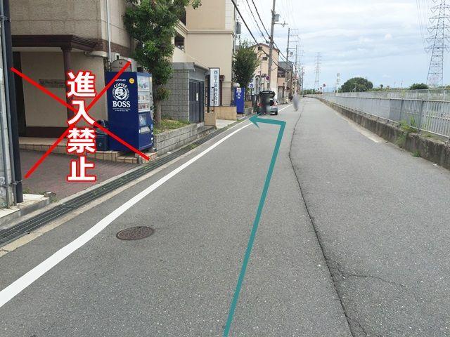 【道順5】ご利用駐車場の隣に同じ形の駐車場がありますので、お間違えのないよう、矢印に沿ってお進みください。