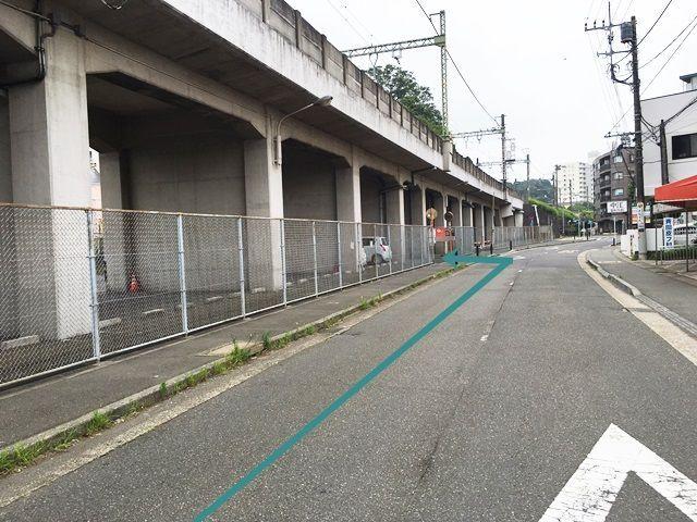 【道順2】1つ目の角を直進していただくと「左側」に駐車場出入口があります。