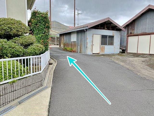 手前駐車場から奥の駐車場へ続く通路