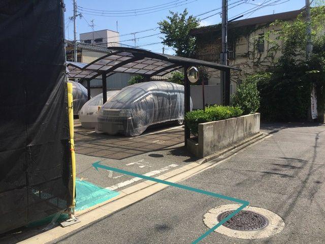 4. 駐車場出入口の写真です。ご予約時のスペースに駐車してください。