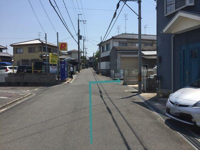 【道順1】府道18号線「招提口交差点」を永松医院方面へ進み、1つ目の信号を「右折」、少し直進していただくと「右側」に駐車場入口があります。