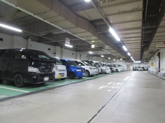 【入庫前道順6】駐車場内は徐行し、スペースに「一般」と書かれている緑色の場所へお止めください