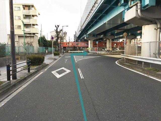 【道順7】直進し、突き当たりの右手がご利用駐車場入り口になります