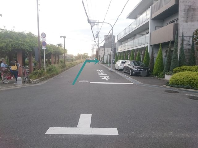 【道順3】左折後、1つ目の角を「右折」してください。