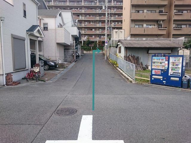 【道順4】突き当たりT字路を「右折」して下さい。