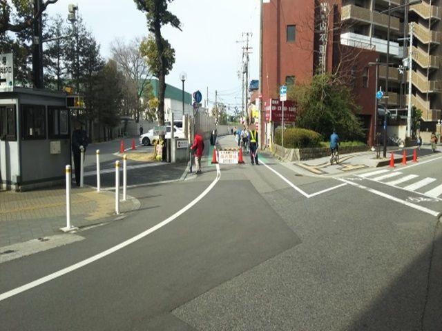 甲子園球場西隣・駐車場前面道路(交差点より)※現地駐車場行きを指示頂ければ、通行可です。※道路正面右側(警備員さん移動)より通行頂けます。
