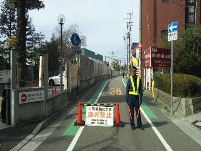 甲子園球場西隣・駐車場前面道路(正面拡大) ※現地駐車場行きを指示頂ければ、通行可です。 ※道路正面右側(警備員さん移動)より通行頂けます。